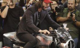 Keanu Reeves lança sua marca de motocicletas artesanais no Salão de Milão